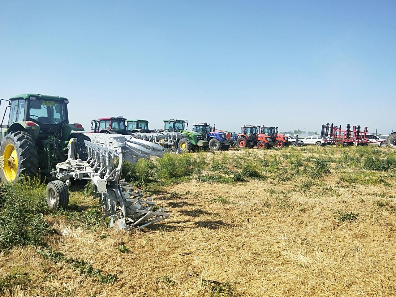 七师举办秋季农业机械现场演示会