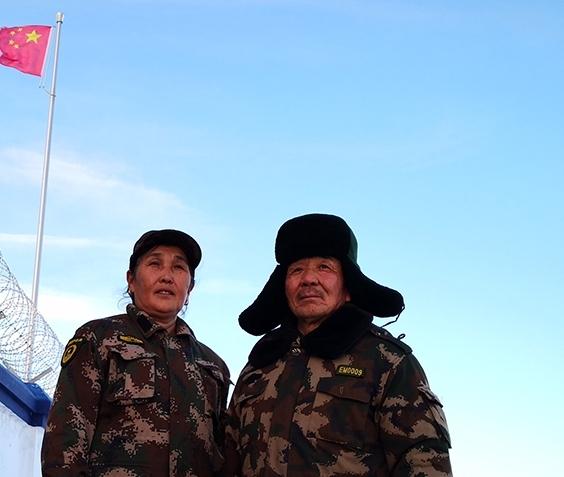 塔尔巴哈台山上的护边夫妻