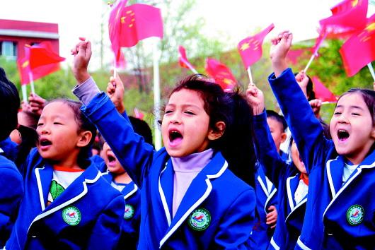 十一师广大干部职工群众多种形式庆祝新中国成立7...