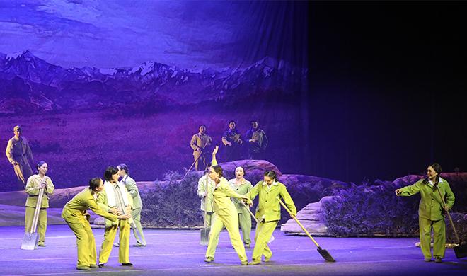 兵团大型现代豫剧《戈壁母亲》在五家渠演出