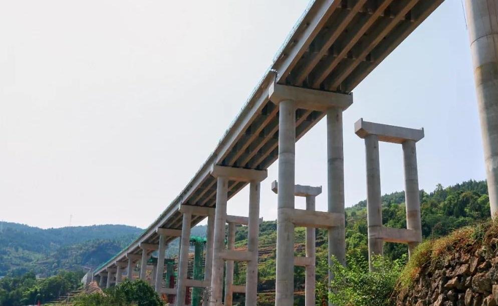 北新路桥集团巫大高速寨子崖大桥右幅T梁架设顺利...