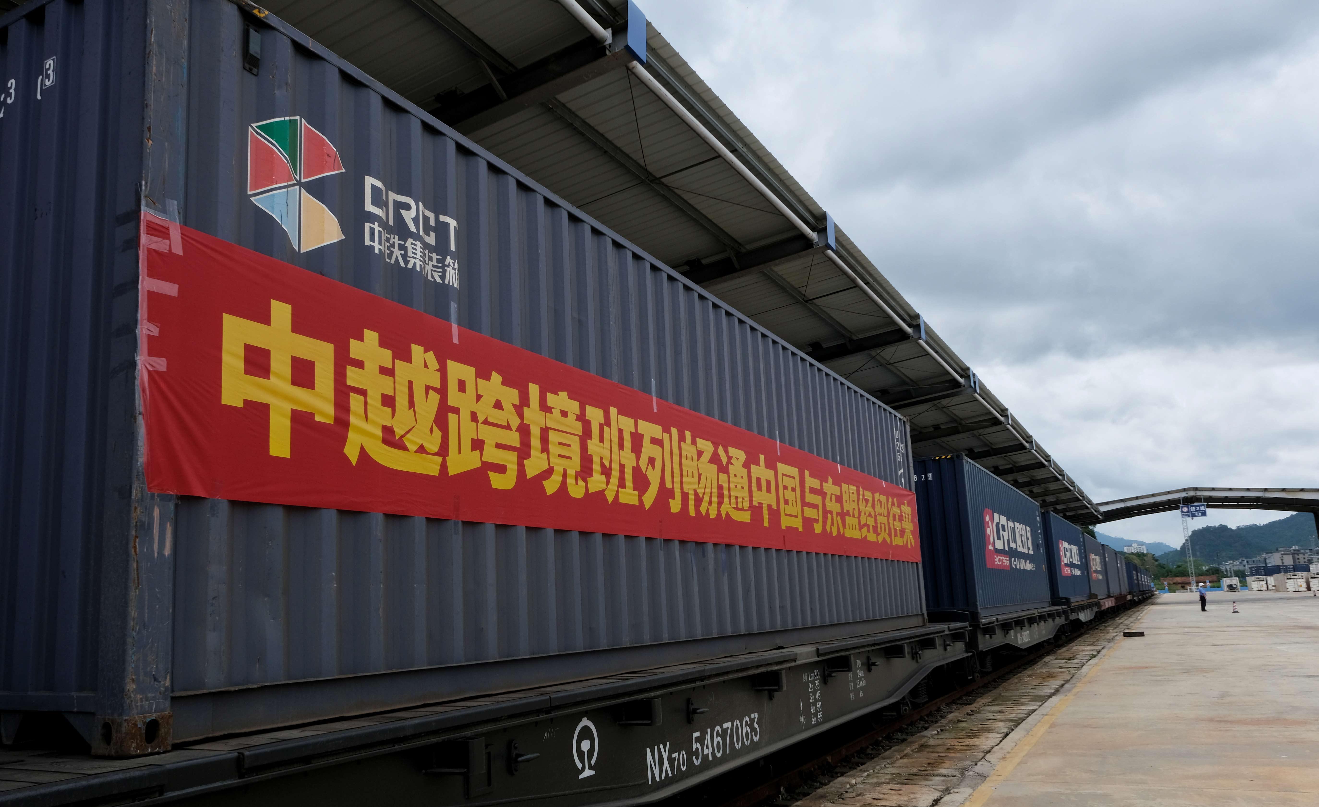 中越集装箱班列从广西凭祥铁路口岸发出