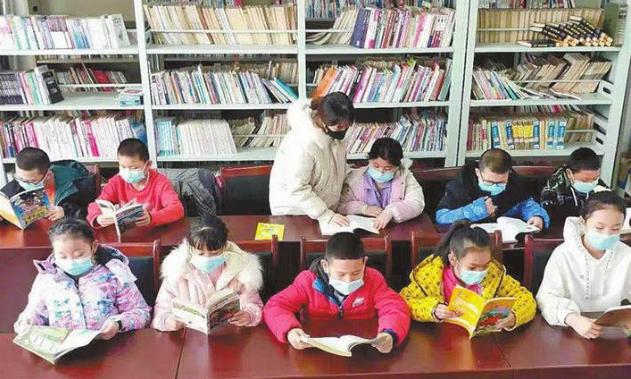 八师一三四团德惠苑社区团支部开展假期阅读活动