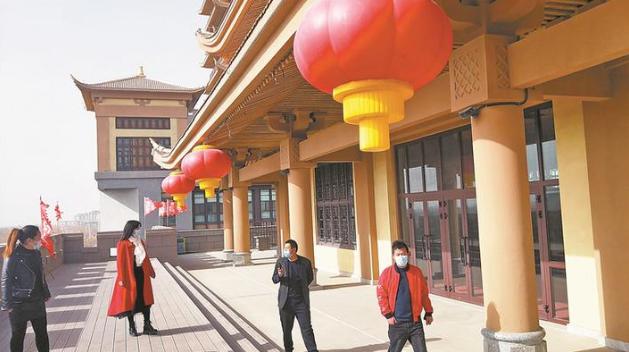 游客游览二师铁门关市丝路雄关景区