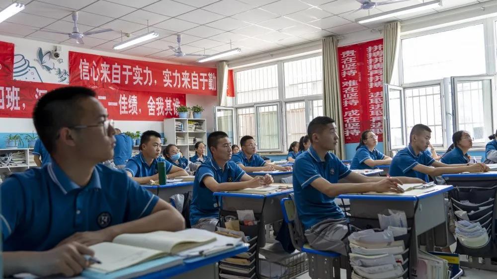 铁门关市第一中学首届高考生:朝乾夕惕备高考