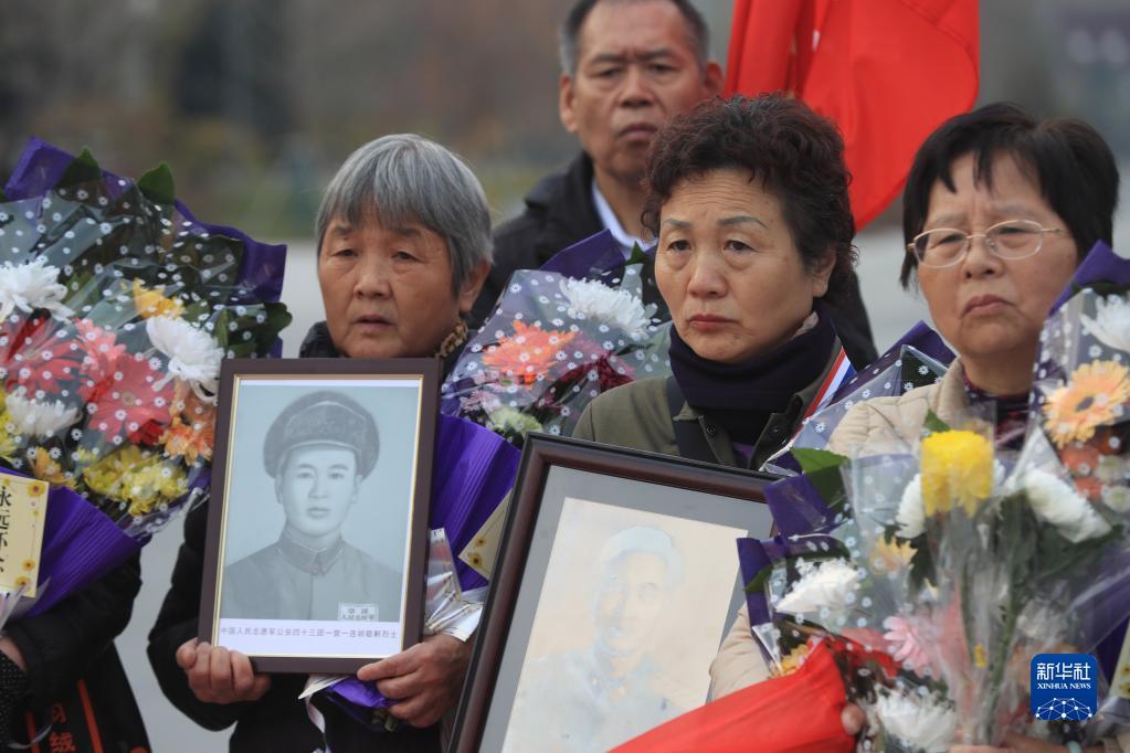 永恒的思念——志愿军老战士和烈士家属代表祭扫英烈