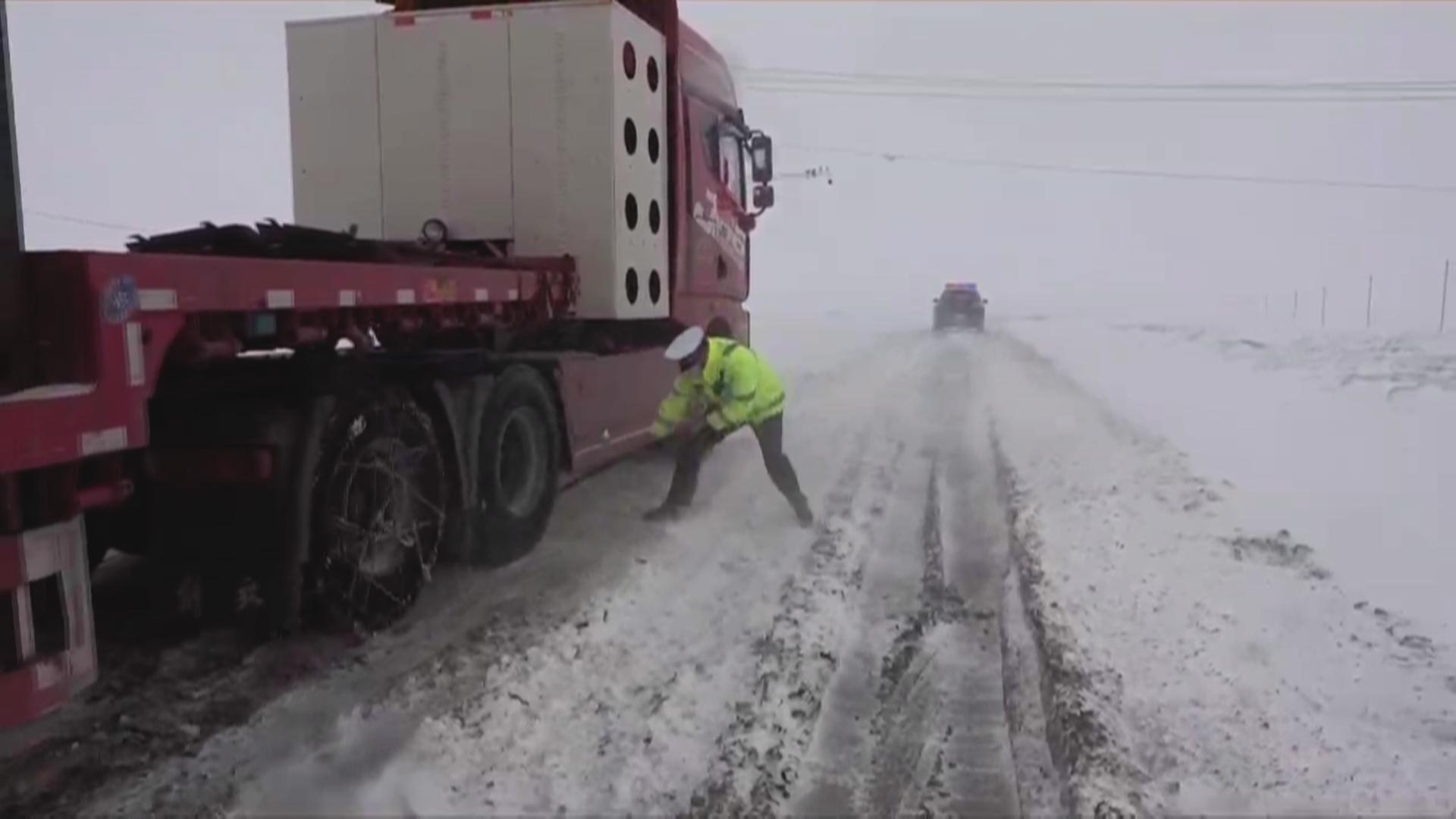 微视频   风吹雪来袭!乌恰交警暖心救援